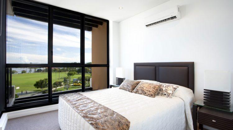 Własne mieszkanie w bloku na drugim, czwartym czy dziesiątym piętrze - słoneczne z pięknym widokiem na okolice to marzenie lub rzeczywistość wielu z nas. Latem jednak zaczyna doskwierać nam wysoka temperatura. Najlepszą radą na to jest klimatyzator. Jednak pojawia się pytanie: który najlepiej wybrać do mieszkania w bloku czy wieżowcu?
